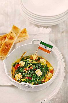 Palak Paneer - indisches Gericht mit Spinat und Tomaten
