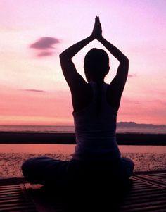 A yoga é uma prática com muitos benefícios essenciais para o corpo. Se você tem vontade de arriscar a praticar sozinha, pode começar hoje mesmo, basta reservar 30 minutinhos do seu tempo, um local calmo e uma roupa leve.