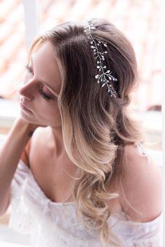#HeadpieceDaSemana Muitos pontos de luz preenchem esta charmosa tiara, em uma composição única de Strass Swarovski. Esta peça que pode ser usada como tiara, headband, e também invertida na parte de trás dos cabelos. Para a noiva que deseja mudar de penteado entre a cerimônia e a recepção. A gente adora surpreender! Shop Online: www.mercedesalzueta.com