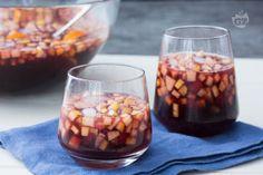 La sangria è una tradizionale bevanda alcolica dolce di origine spagnola, che viene preparata con vino rosso, frutta ed è servita ghiacciata. Sangria, Cocktails, Drinks, Fett, Baked Chicken, Chana Masala, Spinach, Buffet, Beans