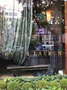 RL бутик - большой особня с внутренним двориком кафе. Если и не за покупками - то на ланч. Качественная свежая американская еда и карамелизированный попкорн в качестве комплимента #rl #ralphlauren  #paris #shopping #boutique
