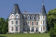 In the Centre-Val de Loire region, the Château de l'Aubrière awaits you in a gorgeous setting with amazing views... Take a break with Bontourism®