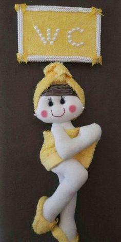 Boneca de Pano enfeite de porta para banheiro Crafts To Do, Felt Crafts, Sewing Toys, Sewing Crafts, Toliet Paper Holder, Felt Giraffe, Bathroom Crafts, Felt Patterns, Felt Toys