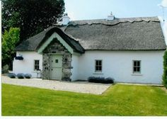 The Humble Daisy   Ireland Co. Galway Connacht. A simple thatched cottage, a sophisticated home - with a charming décor, welcoming hosts, a lovely real fire and a lough down the road