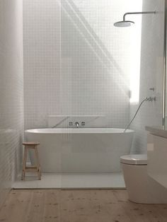 Trendy bathroom shower over bath tubs Ideas Bathtub Shower Combo, Shower Over Bath, Bathroom With Shower And Bath, Shower Floor, Bad Inspiration, Bathroom Inspiration, Bathroom Ideas, Bathroom Tiling, Bathroom Showers