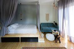 O compartimentare creativă și transformarea dezavantajelor în avantaje pot să creeze o amenajare out of the box și într-un apartament mic.