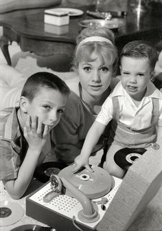Earl Theisen - Shirley Jones with her kids, the future pop icons David and Shaun…