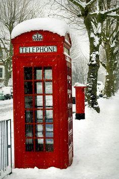 Natal em Londres, com as cabines telefônicas vermelhas na neve.