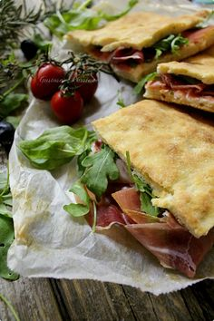 PIZZA RIPIENA CON CRUDO STRACCHINO E RUCOLA http://blog.cookaround.com/gustosapassione/2015/11/pizza-ripiena-con-crudo-stracchino-e-rucola.html
