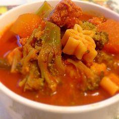 今日はトマトスープ!  リコピンたっぷりで具たくさん。 パスタも入れたので、これ一つで軽食にもなります。  忙しい時には冷凍野菜とソーセージで簡単に作れます。  ★ - 10件のもぐもぐ - サルシッチャ入りトマトスープ by casadefrater
