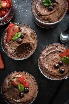 Mousse au chocolat - recipe for original French chocolate mousse with strawberry mint salad - Erdbeer Rezepte - Macaron Chocolate Milka, French Chocolate, Best Chocolate, Chocolate Desserts, Delicious Chocolate, Healthy Dessert Recipes, Easy Desserts, Chocolat Recipe, Desserts Sains