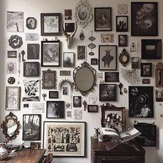 """Inspiração #vintage pra fechar a vista com objetos, #quadros e memórias. #gallerywall #interiordesign #paredes #paredesdecoradas #designdeinteriores #molduras #vintagedecor #decor #composicao #decorlovers #instadecor #homestyle #poster #wallgallery #wallcomposeindica. Compartilhe sua parede usando #wallcompose e apareça, aqui, nos posts """"#wallcomposeinspira"""". Se você reconhece a imagem, por favor, informe para adicionarmos os créditos sobre ela. Share your wall using #wallcompose. If you…"""
