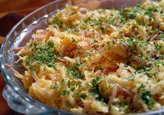 Para 2 pessoas:  150g de bacalhau desfiado  100g de batata palha  30g de presunto em tirinhas  100g de cebola picadinha  3 ovos batidos ...