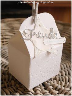 Die Leckereien-Box geprägt mit der süßen SU Prägeform 'Leise rieselt...', der Spruch 'Freude' ist mit silberfarbenem Glitzerpapier und den Thinlits Weihnachtliche Worte ausgestanzt.
