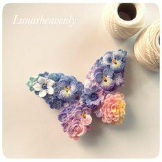 蝶々のストールピンレース編みのちいさなお花をぎゅっと集めて、蝶々の形に仕上げました。パンジー、アネモネ、ダリアなど。夜明けの空のグラデーションをイメージした色に染めました。<サイズ>約縦5cm×横7cm金具サイズ6cm <素材>金具…真鍮モチーフ…コットン※型崩れしないよう加工してあります通常レース編みで使われる20番・40番より細い、80番のレース糸で、モチーフひとつひとつ丁寧に編んでいます。パターンはすべてオリジナルです。 故意に引っ張ることは型崩れや破損の原因となりますので避けてください。引っかけや擦れにもご注意下さい。 お花のパーツはひとつひとつ染色してあります。水に濡れると色落ちや色移りの可能性があります。十分ご注意ください。