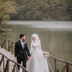 Görüntünün olası içeriği: 2 kişi, ayakta duran ins Muslim Wedding Gown, Wedding Hijab, Dress Wedding, Wedding Couple Poses Photography, Wedding Photography Inspiration, Country Wedding Centerpieces, Wedding Decorations, Cute Muslim Couples, Wedding Beauty
