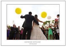 Fotografía pareja de novios en suelta de globos, organizada por Colores de Boda