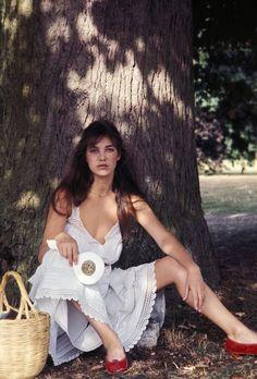 ジェーン・バーキンの白いコットンドレス術|【FASHION ICON】 vol.29 永遠のおしゃれアイコンに学ぶ夏ワンピの着こなし方 |エル・ガール・オンライン
