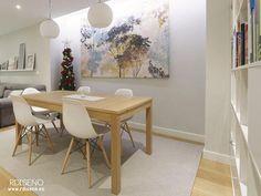 mesa madera clara y sillas blancas