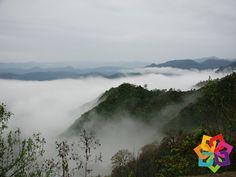 """MICHOACÁN MÁGICO. A 66 km al sur de Morelia, se ubica la región de mil cumbres, un conjunto de cerros que se pierden entre las nubes y en medio de todos ellos se encuentra """"El Caracol"""" una pequeña comunidad formada por familias españolas en el siglo XVI. Le invitamos a maravillarse con la vista desde estos imponentes cerros que pareciese esconden sus caras en las nubes. HOTEL ZIRAHUEN http://www.hzirahuen.com"""