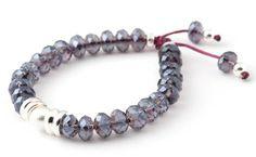 [VIOLET BE BRIGTH VIOLET] Bracelet de cristaux facettés avec perles d'argent 925, sur cordon coloré. | Faceted crystal bracelet with sterling silver beads, on coloured cord.