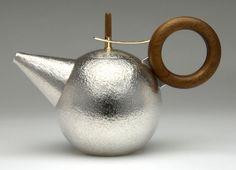 Brian Williamson sterling silver Teapot - looks amazingly tactile! Bauhaus, Charles Ray Eames, Teapot Design, Silver Teapot, Teapots And Cups, Bronze, Tea Service, Tea Ceremony, Vintage Design