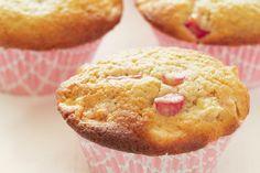 Eine frühlingshafte süß-säuerliche Variation von Muffins. Der säuerlicher Geschmack des Rhabarbers harmoniert hier perfekt mit der Süße des Teiges. Rezept am Blog. #butterundbroesel Breakfast, Blog, Rhubarb Muffins, Fast Recipes, Cake, Food Food, Breakfast Cafe