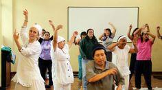 Gurujot Kaur (izquierda) imparte sesiones de kundalini yoga a mujeres en el Centro de Desarrollo Comunitario Carapungo. Foto: Diego Pallero/ EL COMERCIO.