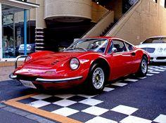 ディーノ!(※Wikipediaによるとフェラーリとは別ブランドなので、「フェラーリ・ディーノ」ってのは間違いなんだそうです。) 悩みのなさそうな、飄々とした面構えと流れるようなフォルムラインが素敵なバランスで統合されている名車。 でも名前の由来のせつなさは、スーパーカーブームの当時から有名でした。