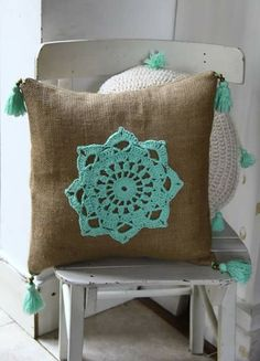 Almohadones con aplique en crochet - Interior pillows and cushions - Diy Crochet Pillow, Crochet Cushions, Crochet Home, Free Crochet, Diy Pillow Covers, Diy Pillows, Decorative Pillows, Yarn Crafts, Sewing Crafts