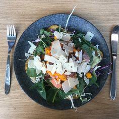 Hurtigt nemt og lækkert !  @palaeo_official er min bedste ven på de travle dage   En lækker laksewrap med kål avocado spinat græskar parmesan og mandler. Velbekommen   #styrketræning #motivation #fitnessdk #personligtræning #personligtræner #crossfit #muskler #dagensmotivation #billede #fitness #fitfamdk #frokost #sundfrokost #foodporn #foodlover #madelsker #lowcarb #eatclean #træning #fitfam #sundlivsstil #healthyeating #protein