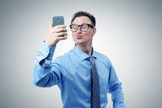 Was??? Immer noch in Social Media unterwegs und online? Dann könnte es sein, dass Sie Social Media süchtig sind und längst an der Web-Nadel hängen...  http://karrierebibel.de/social-media-sucht/