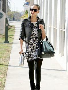 Black and white, vestido com meia-calça, botas e jaqueta jeans