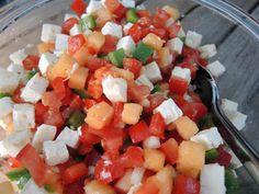 Trampo Mallorquine ist eine erfrischender mallorquinischer Sommersalat, der hier aus Paprika, Tomaten, Zwiebeln und Honigmelone besteht.