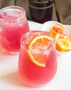 A touch of Rosé wine with blood orange juice in freshly squeezed lemonade. Rosé blood orange lemonade is a simple and elegant drink to serve your guests Cranberry Margarita, Red Sangria, Summer Sangria, Sangria Wine, Wine Cocktails, Cocktail Drinks, Orange Cocktail, Rose Cocktail, Cocktail Garnish
