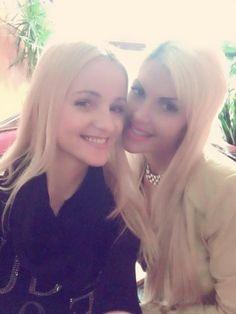"""Im Dschungelcamp 2016 wurde sie Zweite,jetzt ist Sophia Wollersheim zurück in der Heimat - und happy, ihre Schwester wieder im Arm zu halten: """"Egal wie viel zu tun ist, Freunde haben immer mit oberste Priorität. Deshalb. Erfolg hin oder her.Man darf niemals vergessen, wo man herkommt. Hier hab ich nun seit langem endlich wieder mein Schwesterherz in den Armen"""", schreibt sie zu dem Foto."""