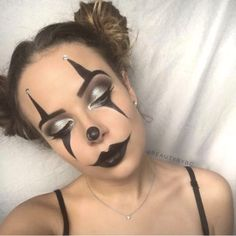 Easy DIY Last Minute Halloween Costumes That'll Make You Score - Twins Dish Maquillage Halloween Clown, Halloween Makeup Clown, Halloween Eyes, Last Minute Halloween Costumes, Halloween Makeup Looks, Easy Clown Makeup, Halloween Parties, Circus Makeup, Scary Makeup