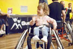 Quienes se acercaron al polideportivo Txurdinaga compartieron cancha con los jugadores del BSR Bilbao y experimentaron lo que es jugar al baloncesto en silla de ruedas.
