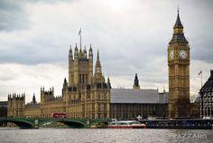 El Palacio de Westmister es el lugar donde las dos cámaras del parlamento británico se reunen, la Cámara de los Lores y la Cámara de los Comunes.  En el centro, la torre Victoria, con la bandera del Reino Unido, si la Reina estuviese en palacio, se izaría el estandarte Real.  A la derecha, la torre de San Esteban, que en su interior alberga la Big Ben, campana de 13800 kg. que se utiliza para cantar las horas.