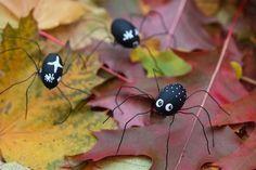 Spindlar av ekollon I höst är verkligen pyssel med saker från naturen en riktigt stor trend. Löv med doodle, stansade löv, pyssel med kastanjer,... Headphones Tattoo, Rakhi Making, Crafts For Kids, Arts And Crafts, Handicraft, Diy Tutorial, Most Beautiful Pictures, More Fun, Halloween Decorations