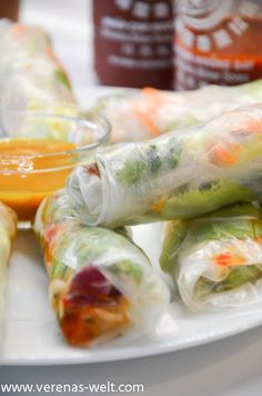 Vietnamesische Sommerrollen Keep rollin' rollin' rollin' rollin' What? Keep rollin' rollin' rollin' rollin' Come on Keep rollin' rollin' rollin' rollin' Yea Keep rollin' rollin' rollin' rollin' – Limp Bizkit Gerade wenn es so… Sausage Recipes, Diet Recipes, Healthy Recipes, Grilling Recipes, Vietnamese Summer Rolls, Vegan Wraps, Exotic Food, Paleo Dinner, Summer Recipes