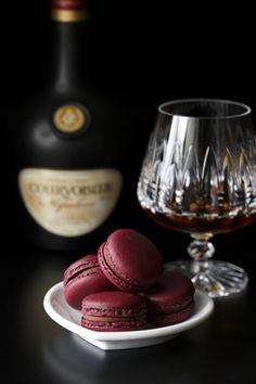 ホテルニューオータニの「バー カプリ」に、ラグジュアリーブランデー「クルボアジェ ナポレオン」を使用したプレミアムマカロンが登場。
