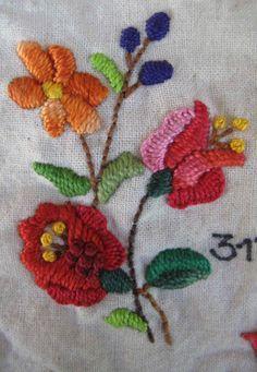 Rosas silvestres y berries. Bordado a mano por Carolina Gana. Taller de Bordado Rococó. Santiago de Chile. CGP©2013