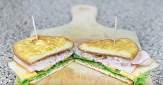 Terveellisen aamupalan ei tarvitse olla aikaa vievää ja hankalaa valmistaa. Tämä resepti onkin mainio osoitus siitä, että kun käytössä on näinkin nerokas ohje, niin herkullinen sekä terveellinen aamupala on mahdollista valmistaa hyvinkin nopeasti. Katso ainekset alta ja ohje videolta! Ainekset: 3 kananmunaa 3 rkl tuorejuustoa 1/4 tl leivinjauhetta 1 nappi makeutusainetta (esim. Stevia tai Hermesetas)