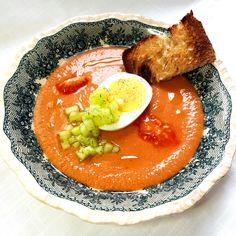The gazpacho recipe, a beautiful vegetarian soup for hot days Vegetarian Soup, Vegetarian Recipes, Appetizer Recipes, Appetizers, Gazpacho Recipe, Starter Recipes, Hot Days, Cucumber, Curry