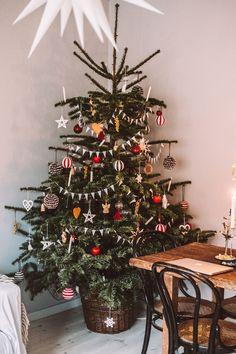 ikea weihnachten Old school tree - Christmas Feeling, Merry Little Christmas, Noel Christmas, Winter Christmas, Christmas Tree In Basket, Xmas Tree, Christmas Tables, Ikea Christmas Tree, Christmas Tree Inspo