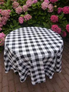 Zwart geruit rond tafelkleed. 100 % katoen. www.bellebien.nl