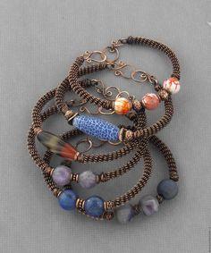 Привет! Сегодня я расскажу, как сделать браслет из простых подручных материалов: это медная проволока и бусины (они могут быть любыми: керамические, стеклянные, каменные, деревянные, акриловые... - какие угодно! :)) Мне кажется, что делать такие браслеты очень просто. Главное, приноровиться и можно наделать их очень много, а потом носить все вместе - это смотрится очень симпатично :) Перейдем от слов к делу!