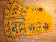 ...EvaL8's yellow mittens...oh my!...mittens are not knit, but needlebound (nalbunden)...