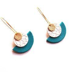 Boucles d'oreilles graphiques cuir bleu turquoise blanc effet craquelé et doré style dormeuses